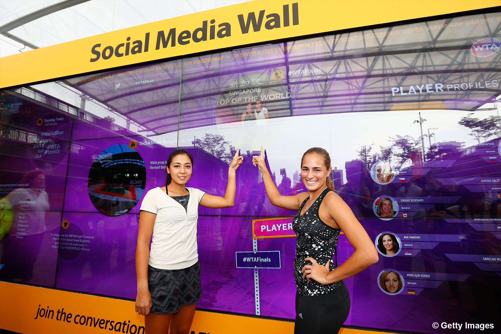 【WTAファイナル】モニカ・プイグとザリナ・ディアスがSAPのソーシャルウォールを訪れる
